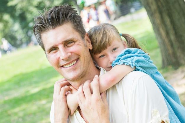 Vader en dochter spelen samen in park
