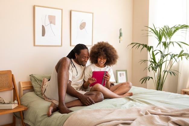 Vader en dochter spelen samen op een tablet