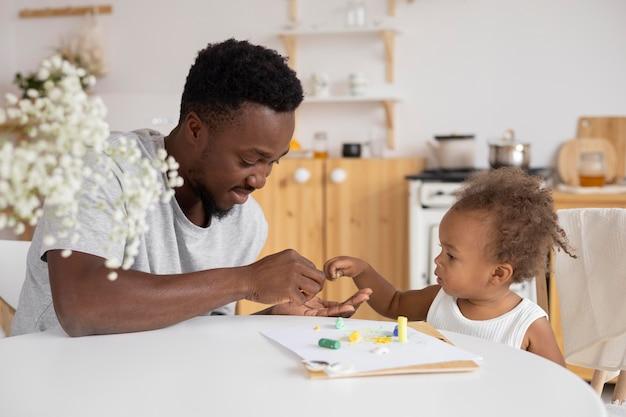 Vader en dochter spelen samen