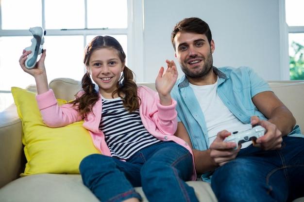 Vader en dochter spelen van video game