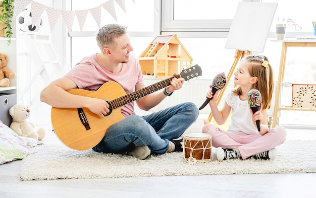 Vader en dochter spelende muziekinstrumenten