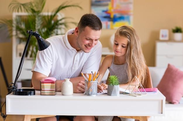 Vader en dochter tekenen samen