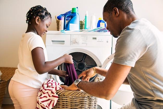 Vader en dochter werken samen