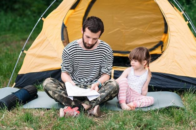 Vader en dochter zoeken route op reiskaart
