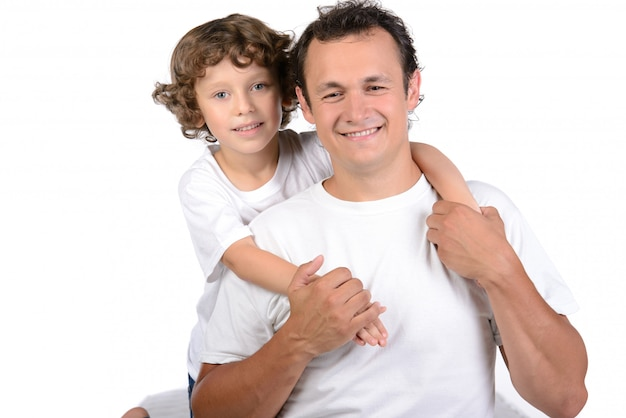 Vader en jongen zittend op matrassen