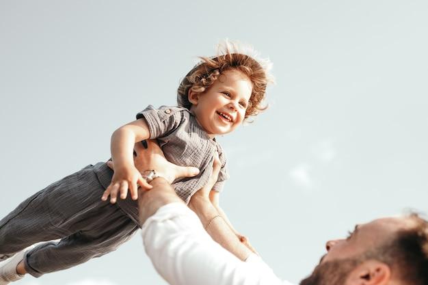 Vader en kind hebben samen plezier in de zomer
