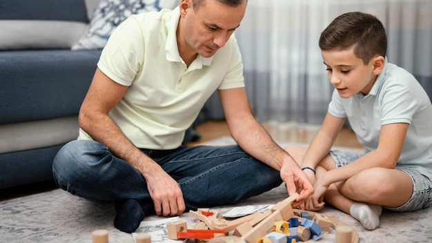 Vader en kind spelen binnenshuis samen