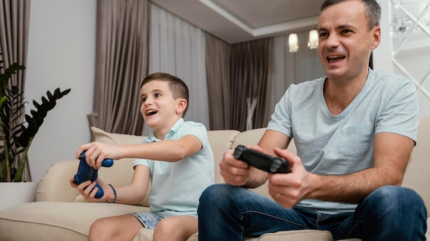 Vader en kind spelen van videospellen