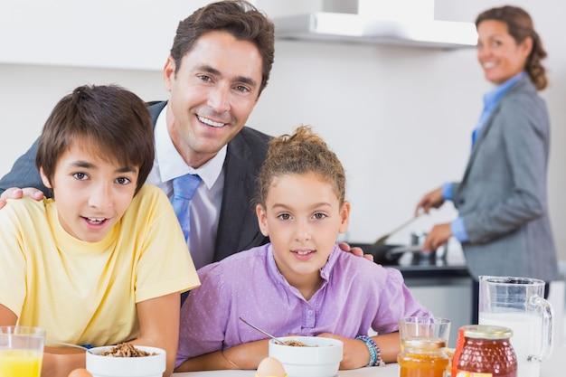 Vader en kinderen aan het ontbijt