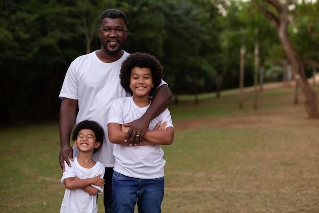 Vader en kinderen buiten in het park