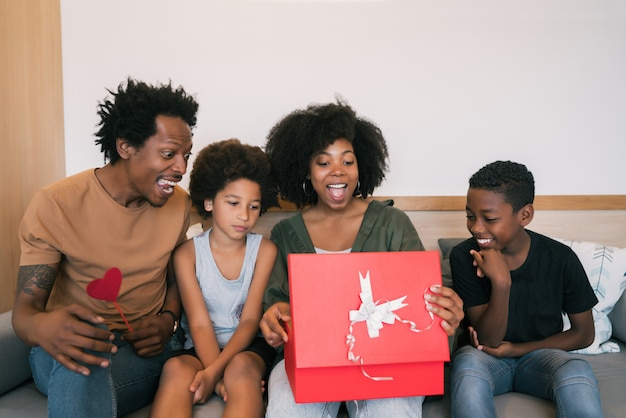 Vader en kinderen feliciteren moeder met moederdag.