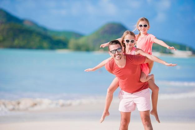 Vader en kinderen genieten van strand zomervakantie