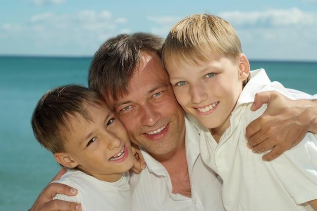 Vader en kinderen op de achtergrond van de zee