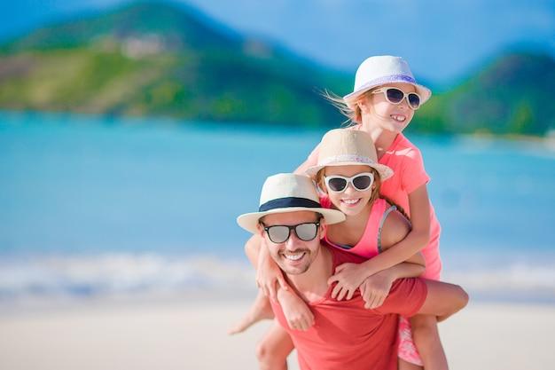 Vader en kinderen op het strand
