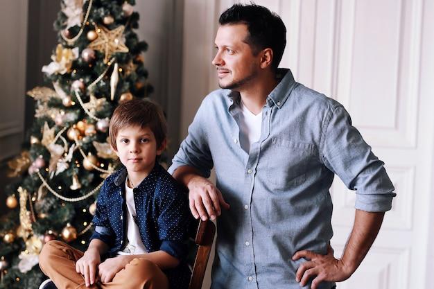 Vader en kleine baby hebben plezier samen met kerstmis