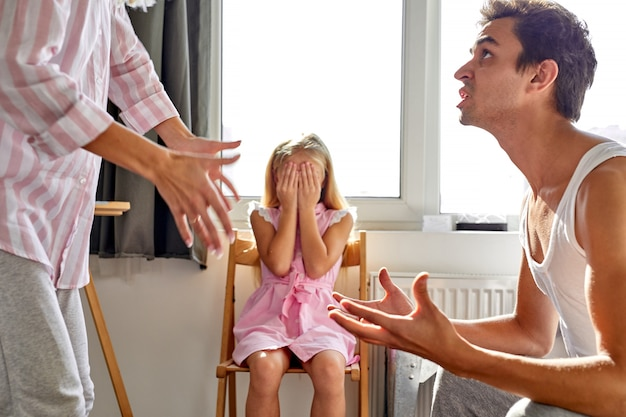 Vader en moeder maken ruzie, maar dochter erg verdrietig, beweren ze, meisje lijdt aan een ongelukkige jeugd