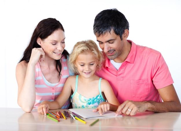 Vader en moeder tekenen met haar dochter