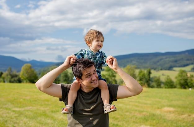 Vader en peuterjongen hebben plezier in bergen