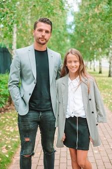 Vader en schattige dochter buiten in de herfst