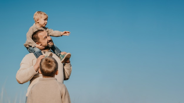 Vader en twee zonen spelen, plezier maken