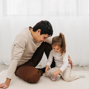 Vader en zijn dochter brengen samen tijd door