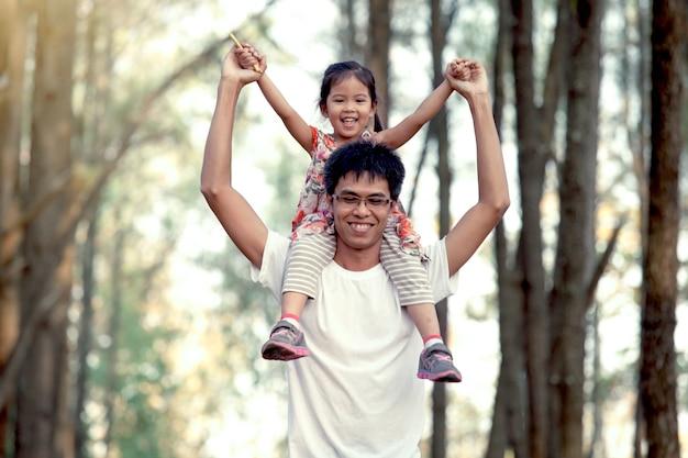 Vader en zijn dochter plezier spelen in het park