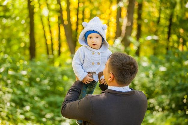 Vader en zijn zoon op een wandeling in het park