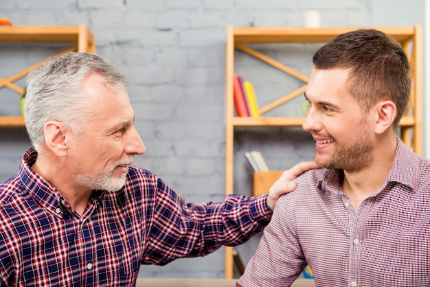 Vader en zijn zoon praten