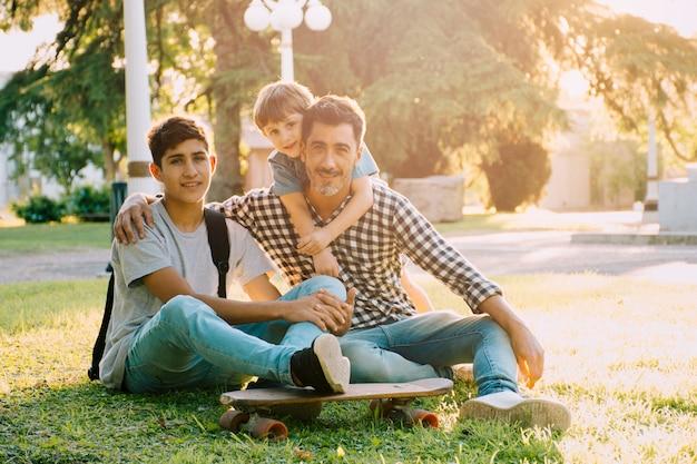 Vader en zonen gelukkig op vadersdag