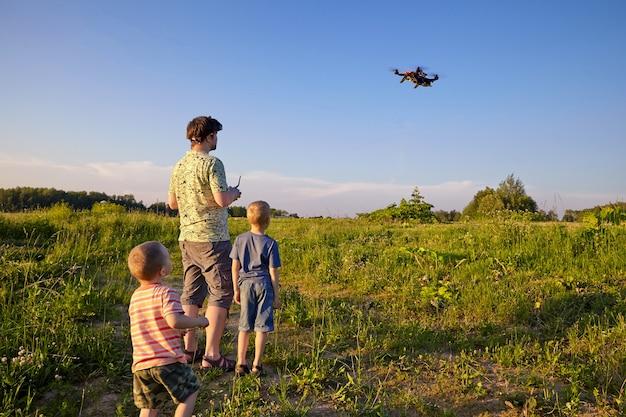 Vader en zoon besturen drone in de lucht