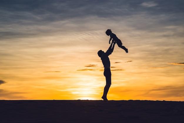 Vader en zoon bij de rode woestijn bij dageraad