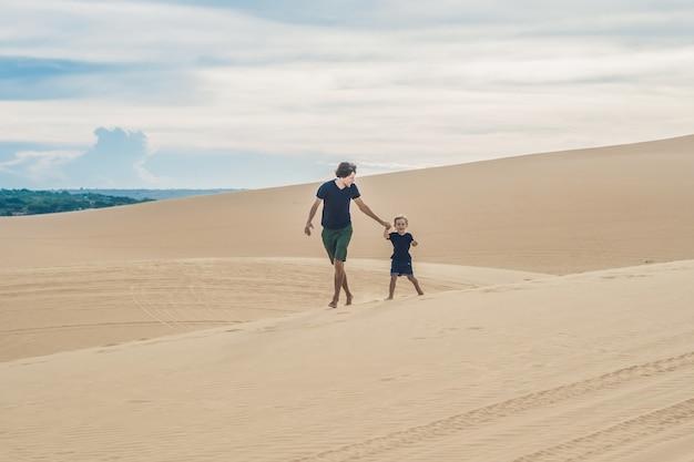 Vader en zoon bij de witte woestijn. reizen met kinderen concept.