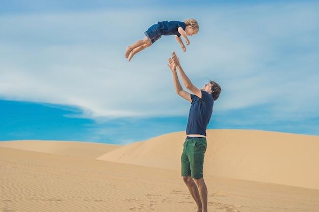 Vader en zoon bij de witte woestijn