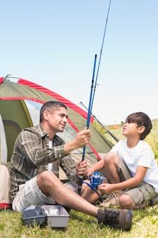 Vader en zoon bij hun tent