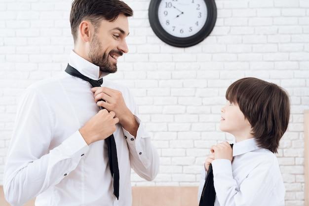 Vader en zoon brengen samen tijd door.