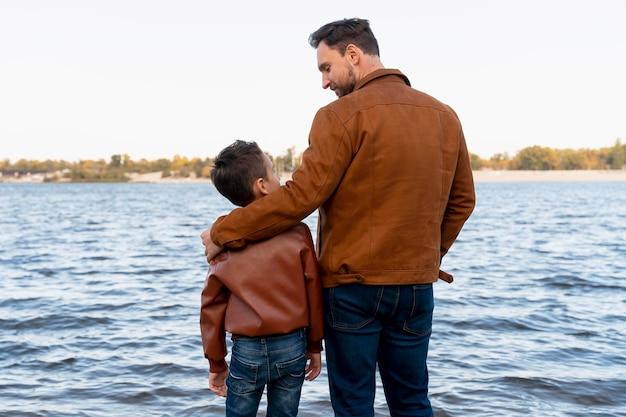 Vader en zoon brengen tijd samen door