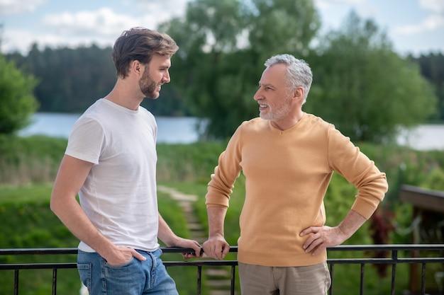 Vader en zoon brengen weekend door op het platteland en zien er leuk uit