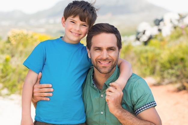 Vader en zoon die door bergen wandelen
