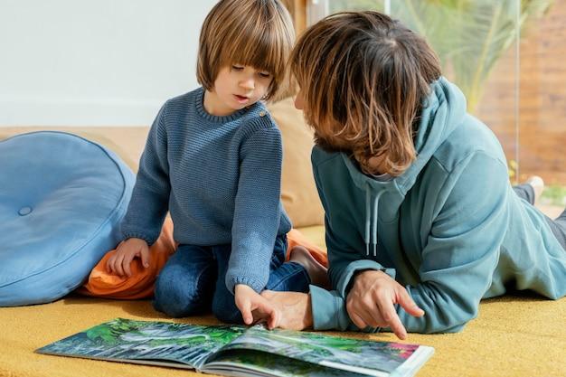 Vader en zoon die een boek lezen