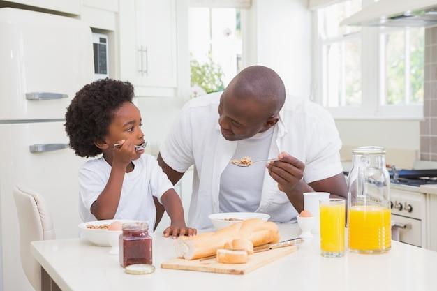 Vader en zoon die een ontbijt eten