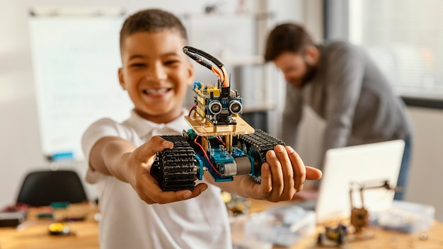 Vader en zoon die robot maken