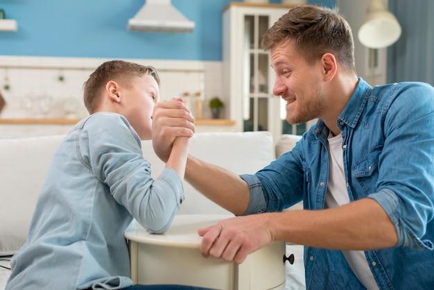 Vader en zoon doen arm worstelen
