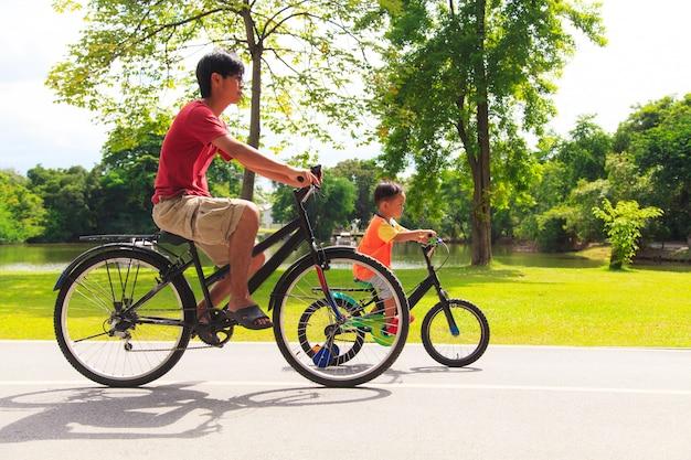 Vader en zoon fietsen