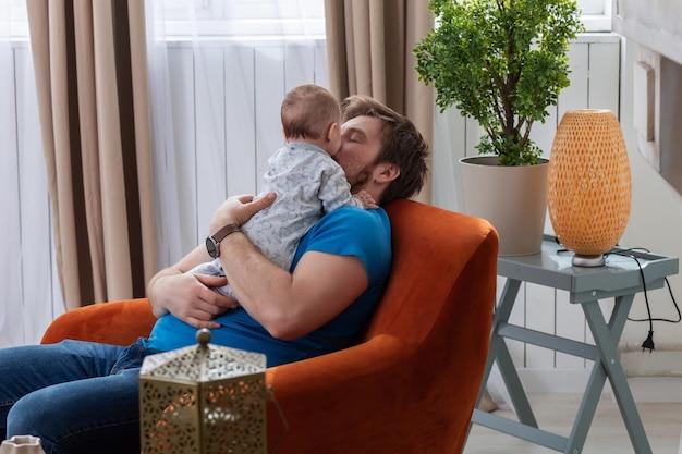 Vader en zoon genieten van elkaars gezelschap om thuis te zitten