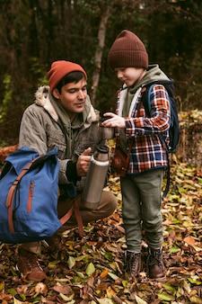 Vader en zoon genieten van hun tijd samen buiten in de natuur