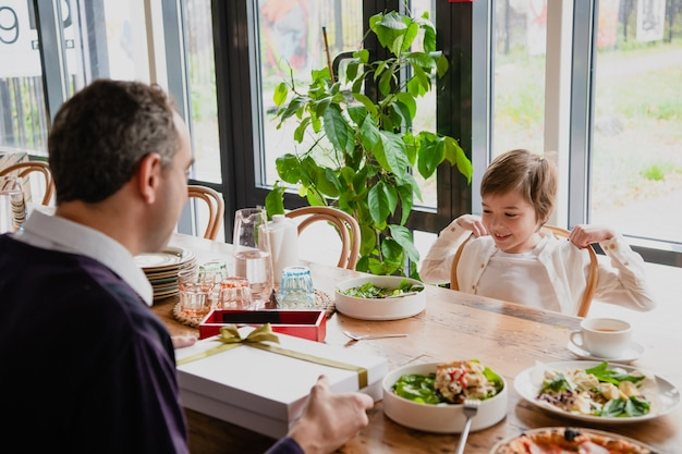 Vader en zoon genieten van tijd samen in een café