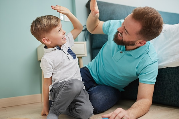 Vader en zoon geven high five