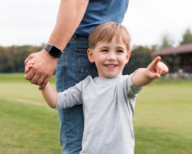 Vader en zoon hand in hand in het park