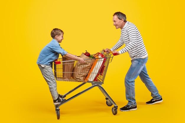 Vader en zoon hebben plezier in de supermarkt