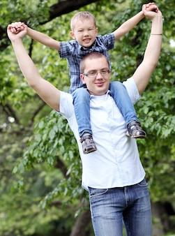 Vader en zoon hebben plezier in het park